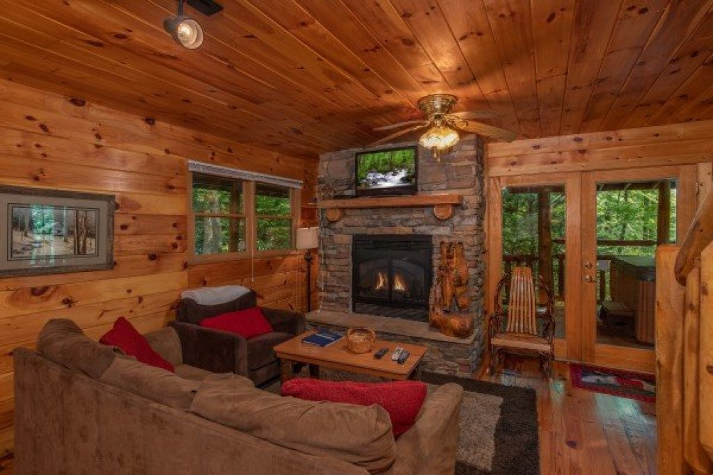 Photo of a Gatlinburg Cabin named Fishing Bears - This is the second photo in the set.