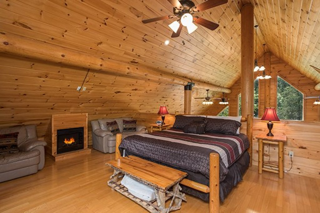 Photo of a Sevierville Cabin named Longwalker Lodge - This is the fourteenth photo in the set.