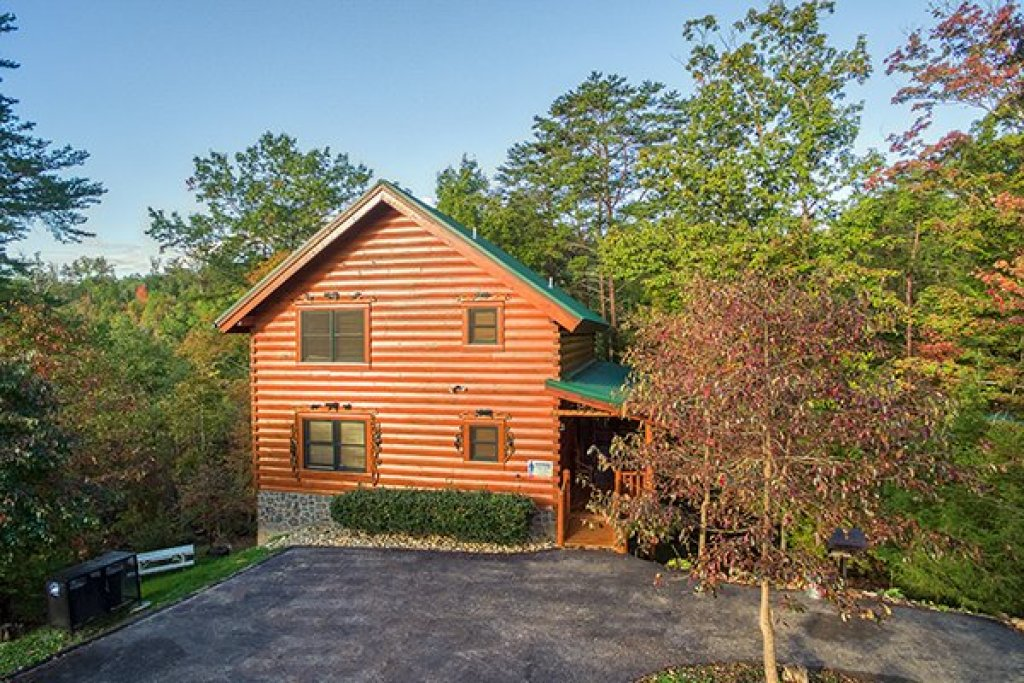 Photo of a Sevierville Cabin named Bearfoot Paradise - This is the first photo in the set.