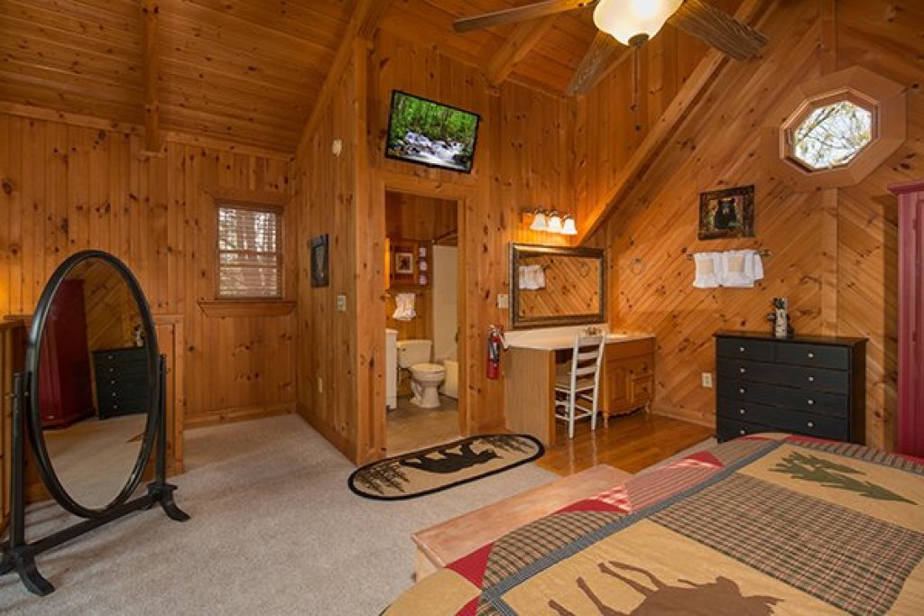 Photo of a Sevierville Cabin named Bear Cavern - This is the fourteenth photo in the set.