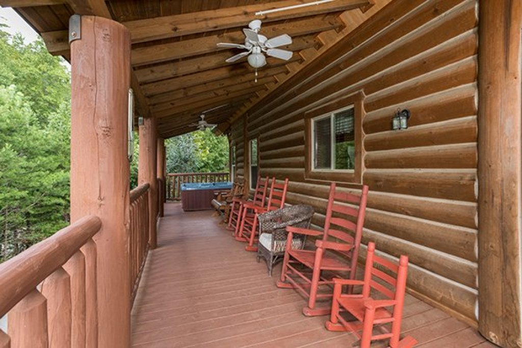 Photo of a Sevierville Cabin named Longwalker Lodge - This is the nineteenth photo in the set.
