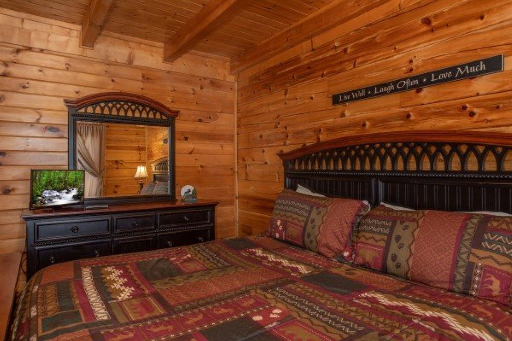 Photo of a Pigeon Forge Cabin named Momma Bear - This is the twelfth photo in the set.