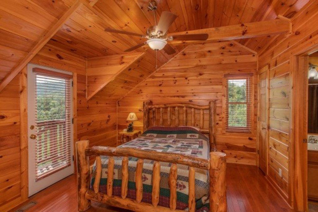 Photo of a Pigeon Forge Cabin named Four Seasons Lodge - This is the twenty-eighth photo in the set.