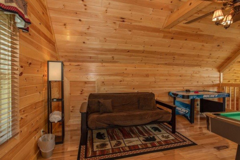Photo of a Pigeon Forge Cabin named Momma Bear - This is the sixteenth photo in the set.