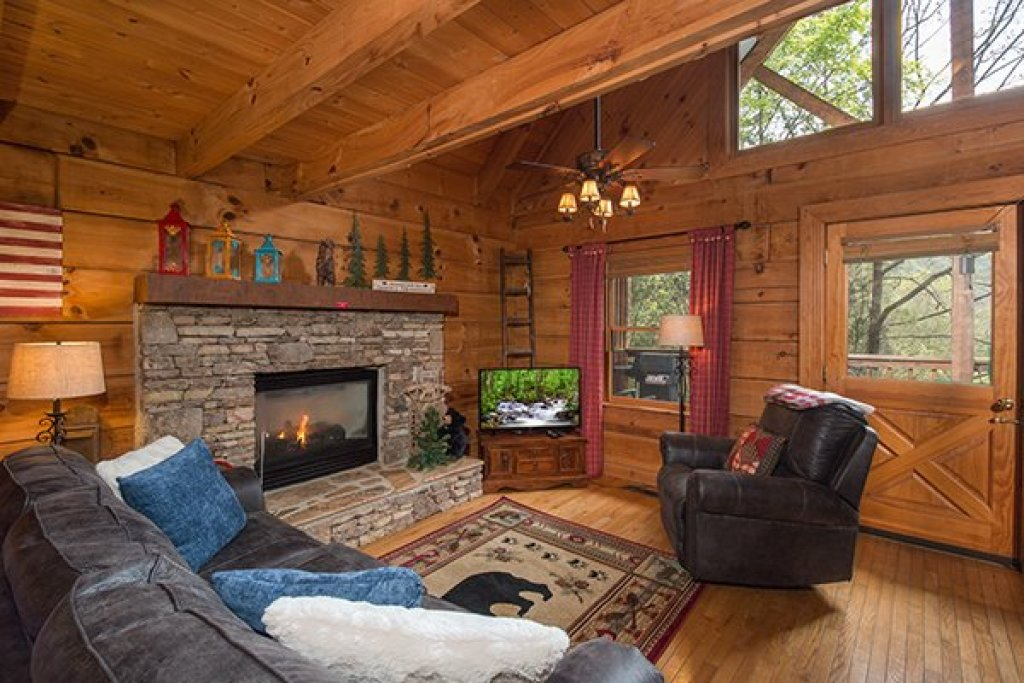 Photo of a Sevierville Cabin named Bear Cavern - This is the third photo in the set.