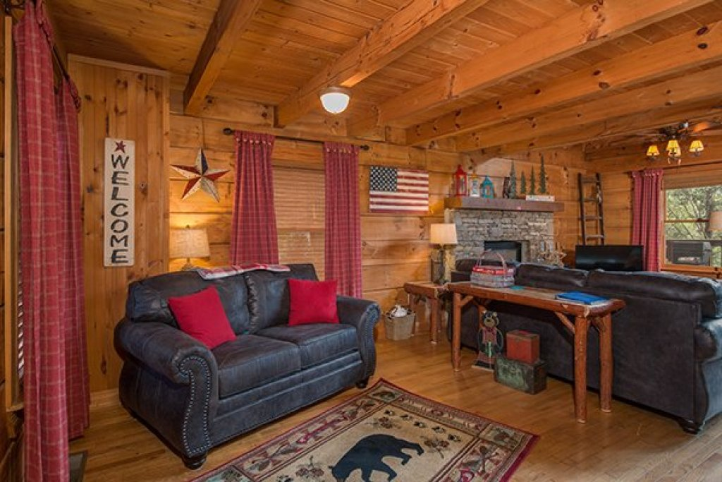 Photo of a Sevierville Cabin named Bear Cavern - This is the fifth photo in the set.