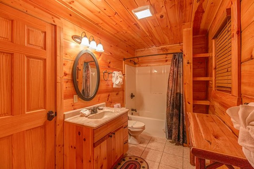 Photo of a Sevierville Cabin named Bearfoot Paradise - This is the fourteenth photo in the set.