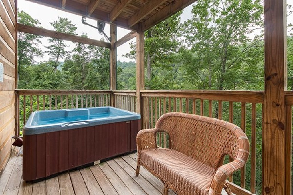 Photo of a Pigeon Forge Cabin named Whispering Oak - This is the twenty-second photo in the set.