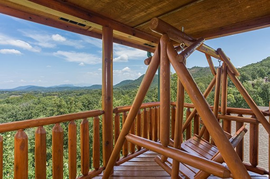 Photo of a Pigeon Forge Cabin named Shangri-lodge - This is the third photo in the set.