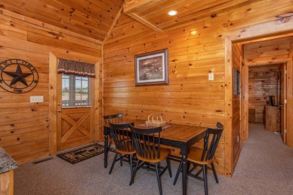 Photo of a Pigeon Forge Cabin named Momma Bear - This is the fifth photo in the set.