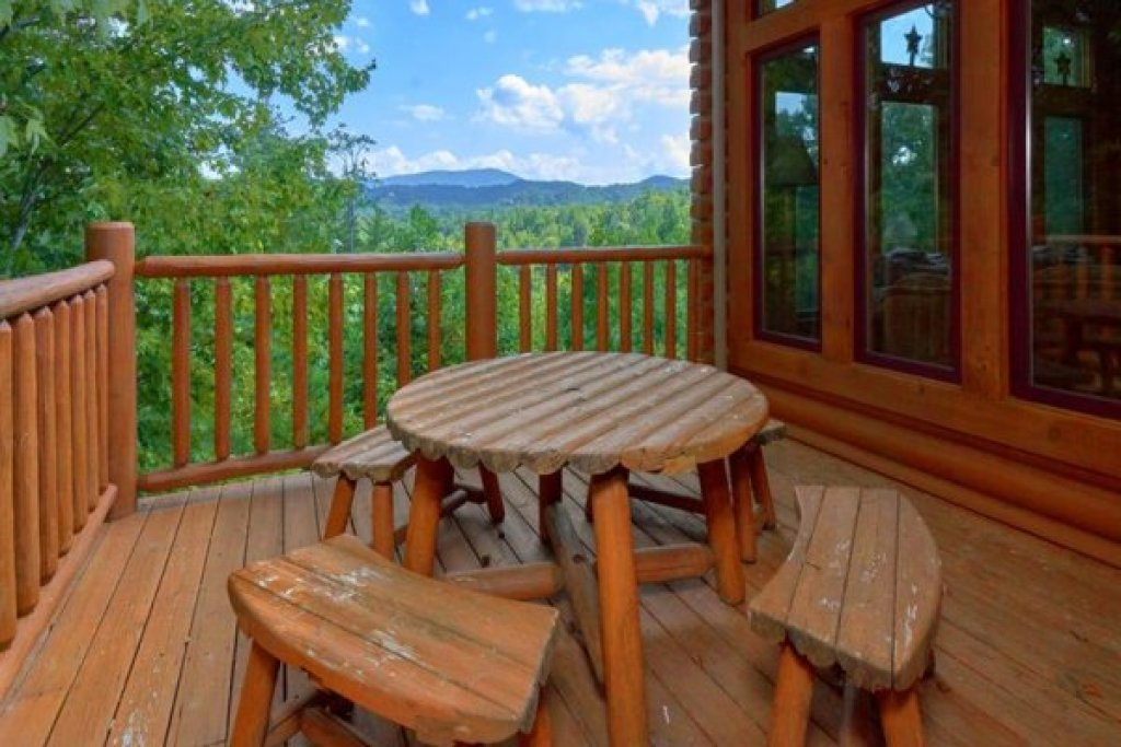 Photo of a Sevierville Cabin named Wagon Wheel Cabin - This is the nineteenth photo in the set.