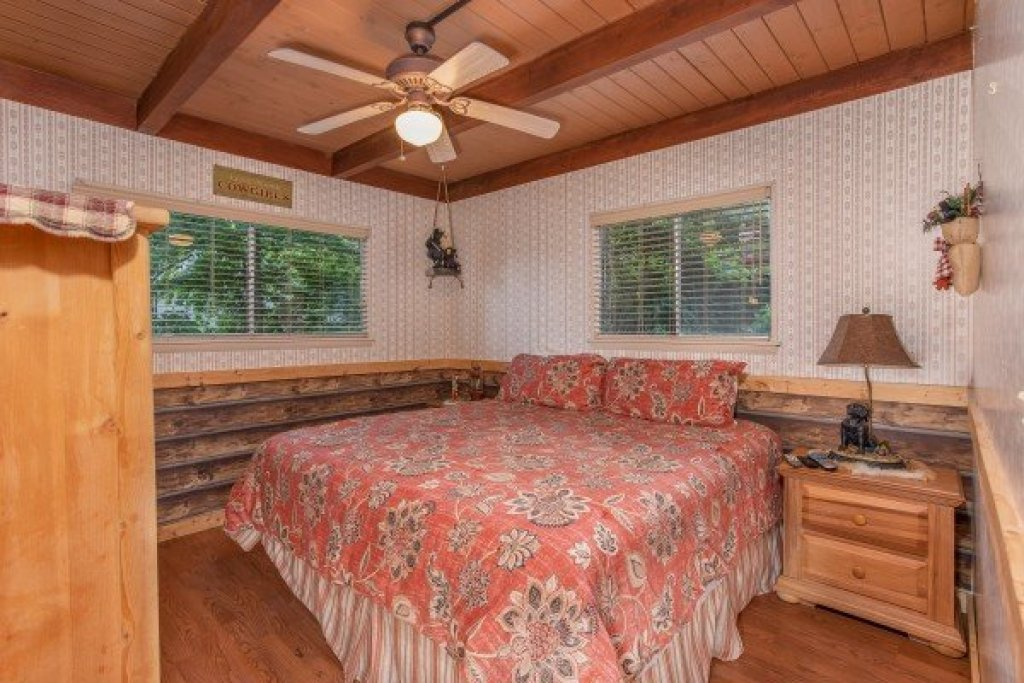 Photo of a Gatlinburg Cabin named Bushwood Lodge - This is the sixteenth photo in the set.