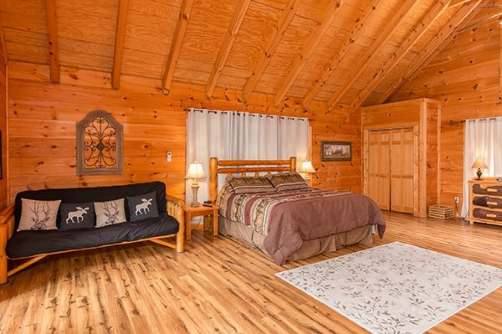 Photo of a Pigeon Forge Cabin named Whispering Oak - This is the twelfth photo in the set.