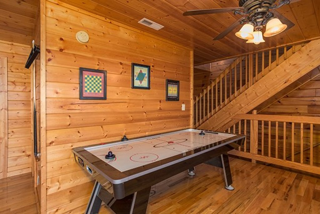 Photo of a Pigeon Forge Cabin named Shangri-lodge - This is the eighteenth photo in the set.
