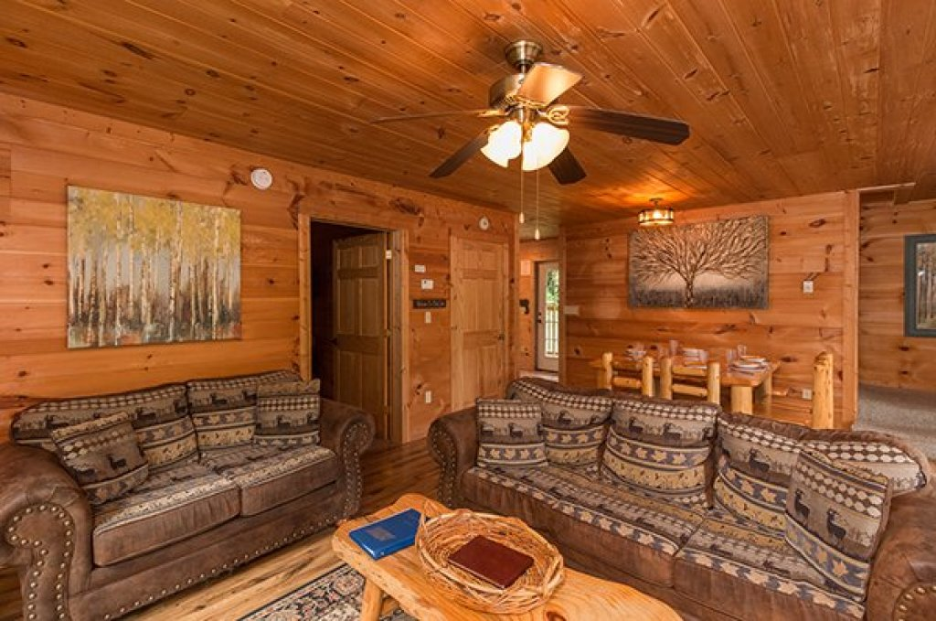 Photo of a Pigeon Forge Cabin named Whispering Oak - This is the third photo in the set.