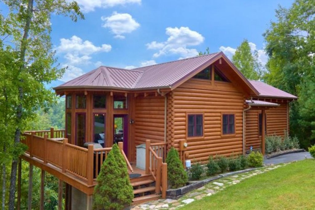 Photo of a Sevierville Cabin named Wagon Wheel Cabin - This is the second photo in the set.