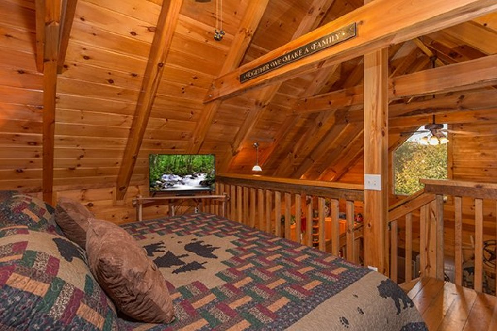 Photo of a Sevierville Cabin named Bear Hug Hideaway - This is the fourteenth photo in the set.