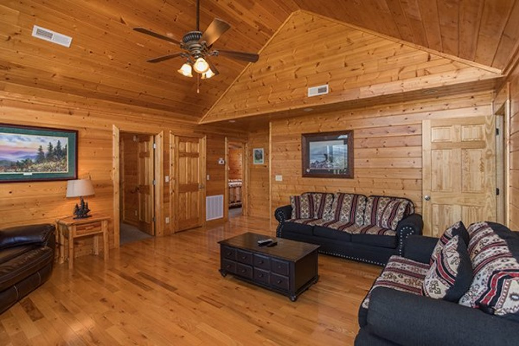 Photo of a Pigeon Forge Cabin named Shangri-lodge - This is the thirty-fifth photo in the set.