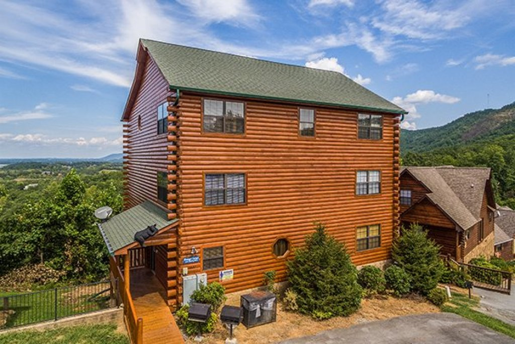 Photo of a Pigeon Forge Cabin named Shangri-lodge - This is the second photo in the set.