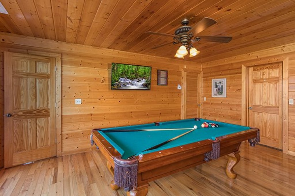 Photo of a Pigeon Forge Cabin named Shangri-lodge - This is the seventeenth photo in the set.