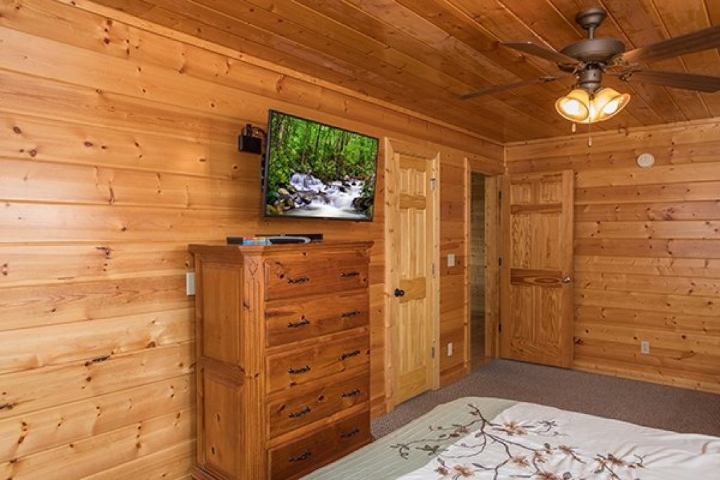 Photo of a Pigeon Forge Cabin named Shangri-lodge - This is the twenty-eighth photo in the set.