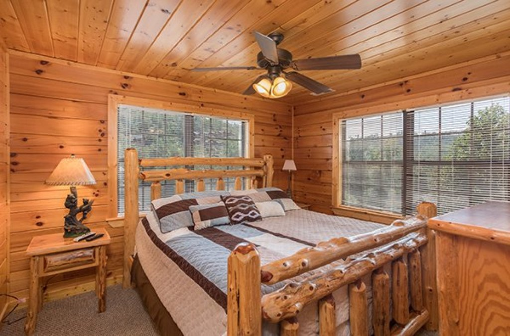 Photo of a Pigeon Forge Cabin named Shangri-lodge - This is the twentieth photo in the set.