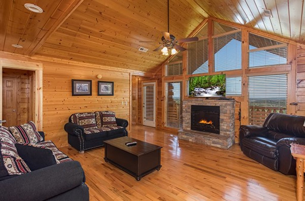 Photo of a Pigeon Forge Cabin named Shangri-lodge - This is the thirty-fourth photo in the set.