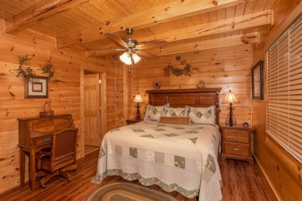 Photo of a Sevierville Cabin named Bearfoot Memories - This is the eleventh photo in the set.