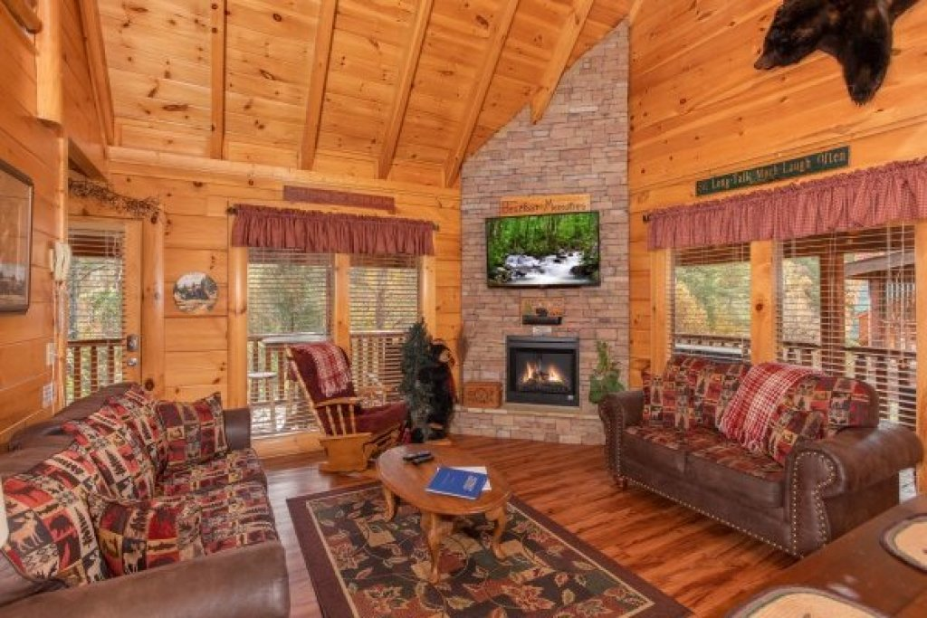 Photo of a Sevierville Cabin named Bearfoot Memories - This is the third photo in the set.