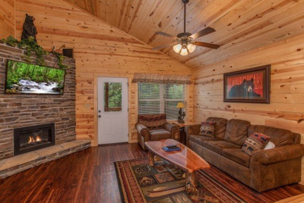 Photo of a Pigeon Forge Cabin named Bear Essence - This is the third photo in the set.