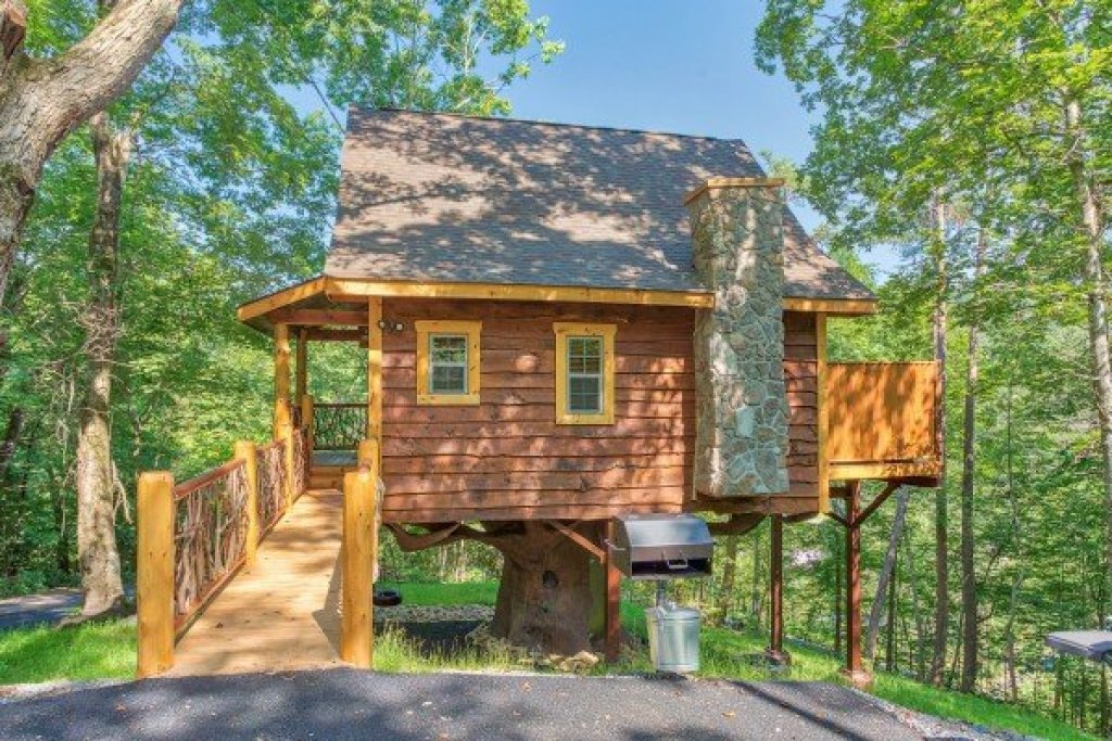 Photo of a Pigeon Forge Cabin named Gatlinburg Treehouse - This is the third photo in the set.