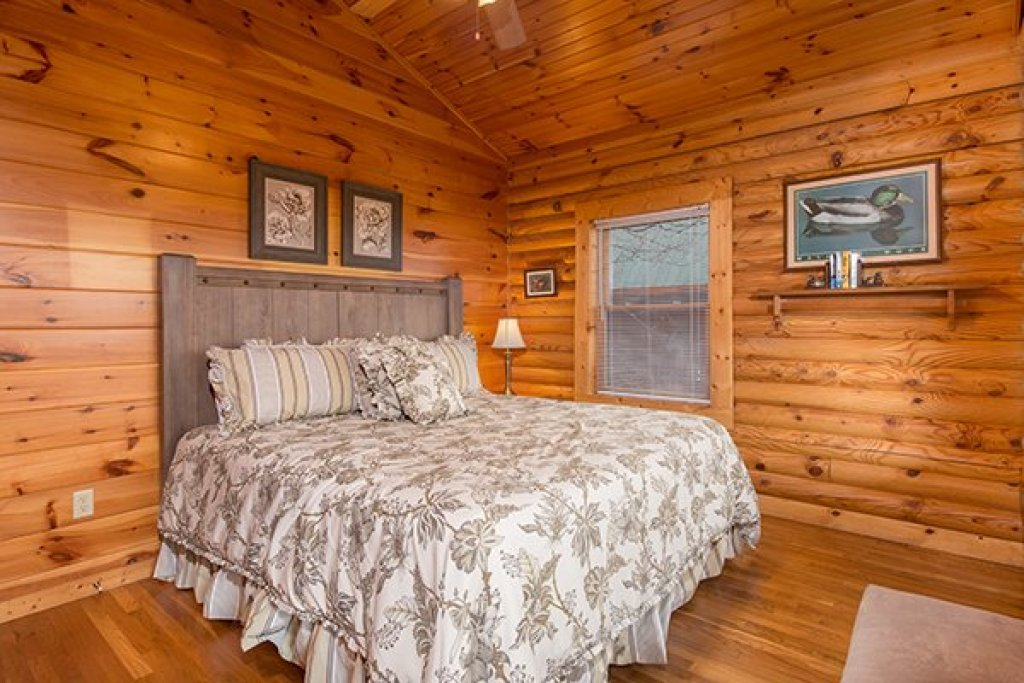 Photo of a Pigeon Forge Cabin named Lookout Ridge - This is the eighteenth photo in the set.