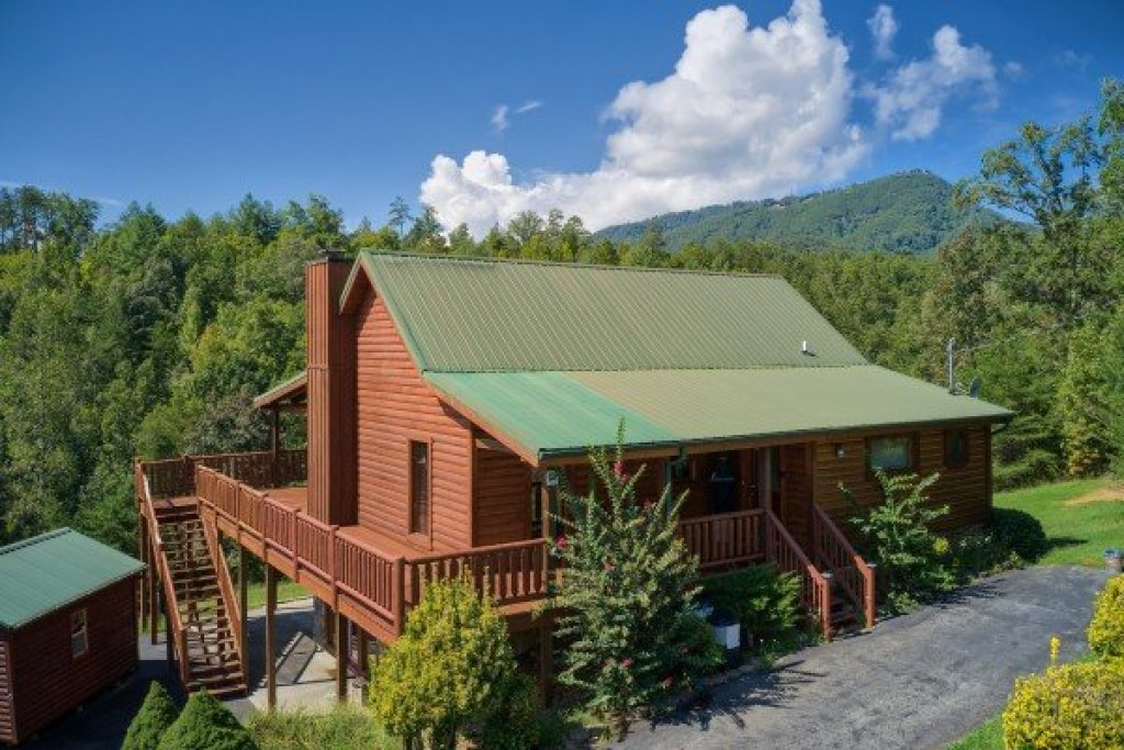 Photo of a Sevierville Cabin named Cabin Fever - This is the second photo in the set.