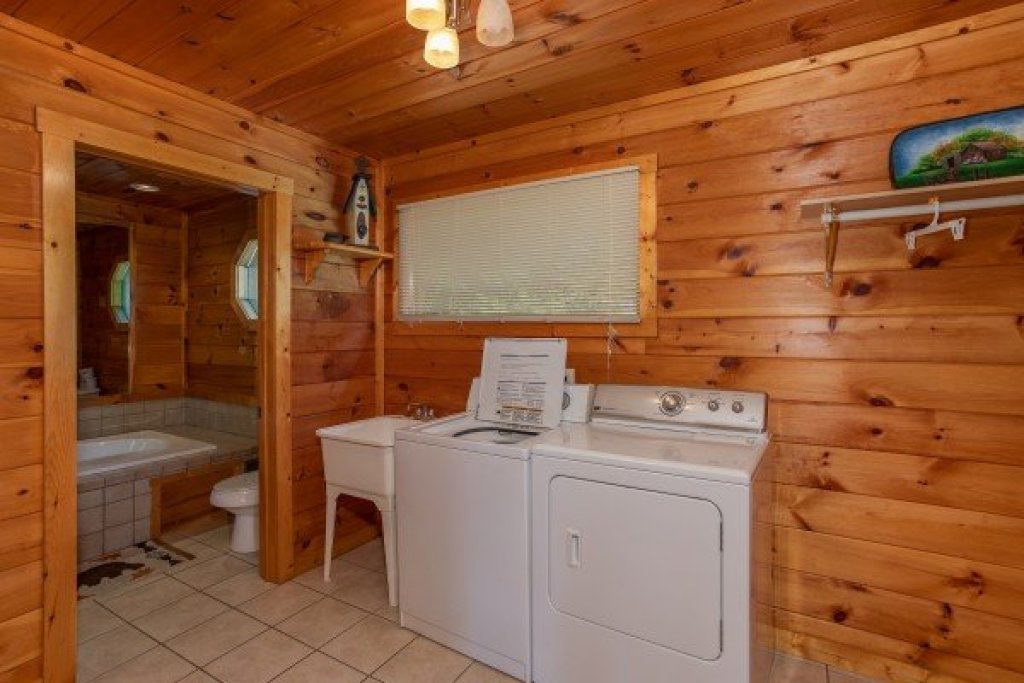 Photo of a Sevierville Cabin named Cabin Fever - This is the twenty-fourth photo in the set.