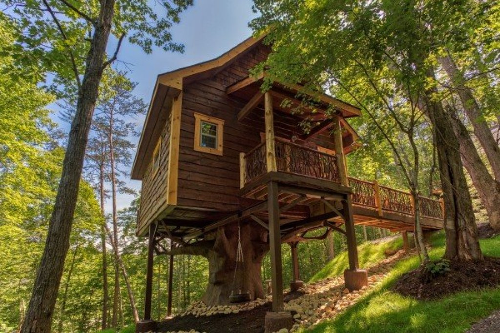 Photo of a Pigeon Forge Cabin named Gatlinburg Treehouse - This is the first photo in the set.