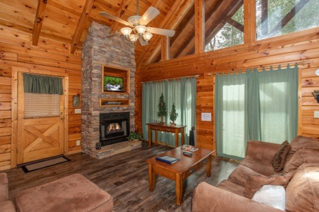 Photo of a Pigeon Forge Cabin named Blackberry Delite - This is the third photo in the set.