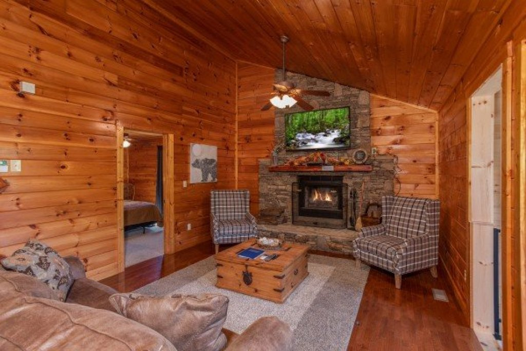 Photo of a Sevierville Cabin named Cabin Fever - This is the fourth photo in the set.