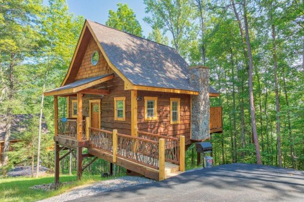 Photo of a Pigeon Forge Cabin named Tennessee Treehouse - This is the second photo in the set.