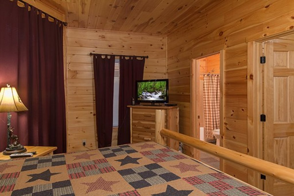 Photo of a Sevierville Cabin named Smokies Paradise Lodge - This is the thirty-sixth photo in the set.
