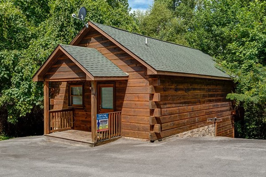 Photo of a Pigeon Forge Cabin named Saw'n Logs - This is the first photo in the set.