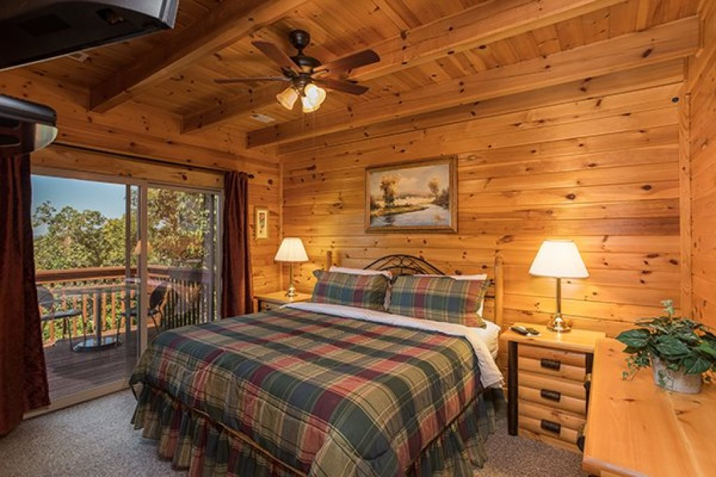 Photo of a Sevierville Cabin named Lake Life - This is the sixteenth photo in the set.