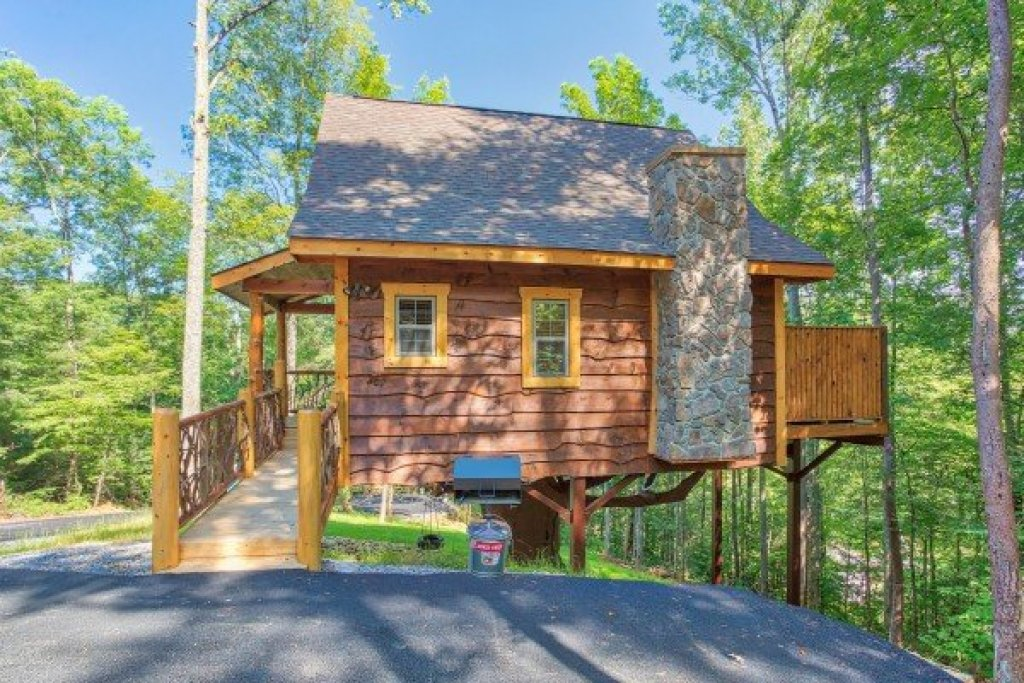 Photo of a Pigeon Forge Cabin named Tennessee Treehouse - This is the nineteenth photo in the set.