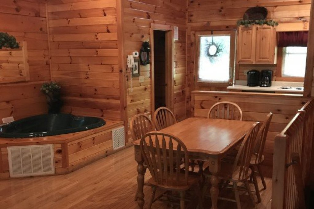 Photo of a Pigeon Forge Cabin named Saw'n Logs - This is the ninth photo in the set.