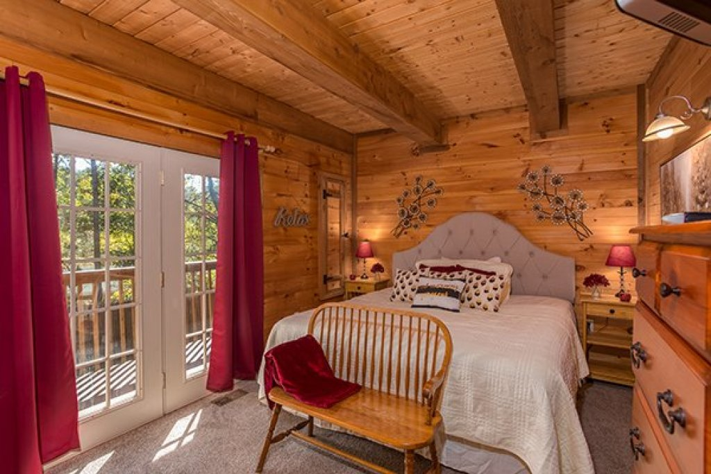 Photo of a Sevierville Cabin named Living On Love - This is the tenth photo in the set.