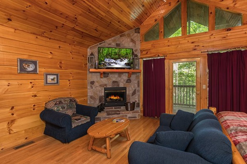 Photo of a Pigeon Forge Cabin named Saw'n Logs - This is the second photo in the set.