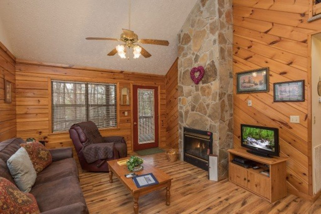 Photo of a Pigeon Forge Cabin named Oakwood - This is the third photo in the set.