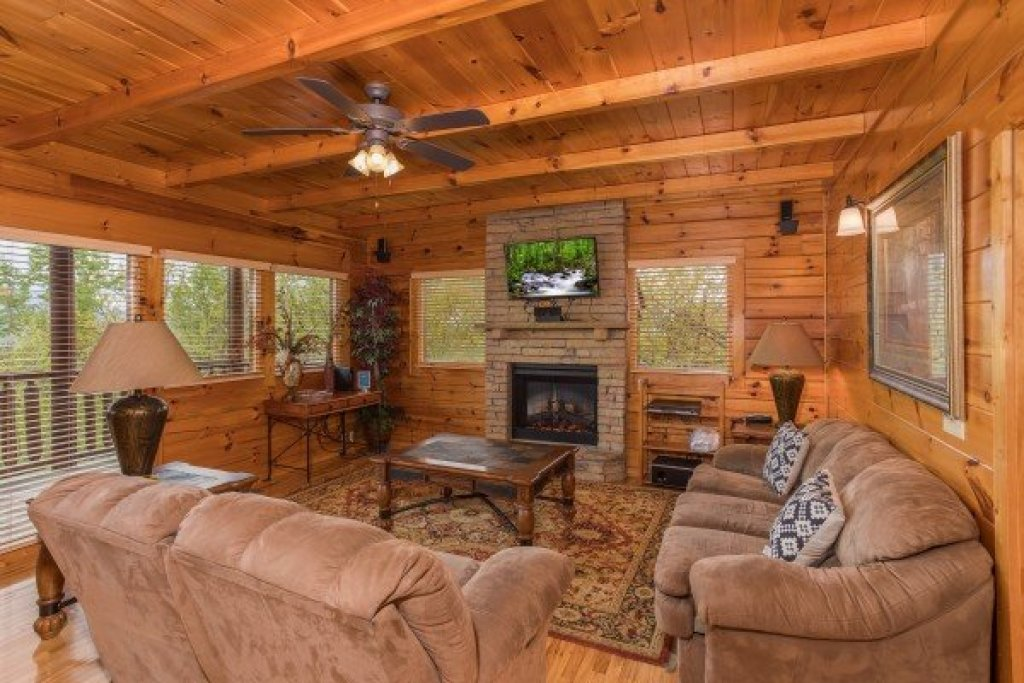 Photo of a Pigeon Forge Cabin named Howlin' In The Smokies - This is the third photo in the set.