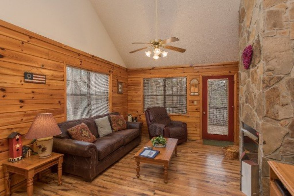 Photo of a Pigeon Forge Cabin named Oakwood - This is the second photo in the set.