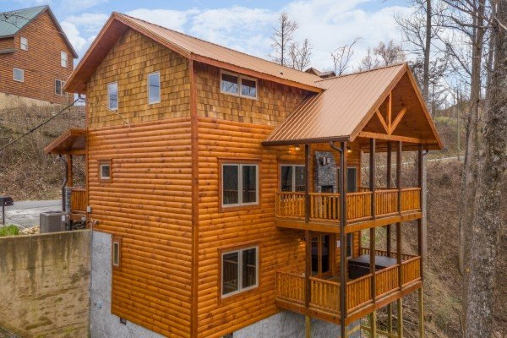 Photo of a Gatlinburg Cabin named Happy Bear's Hideaway - This is the second photo in the set.