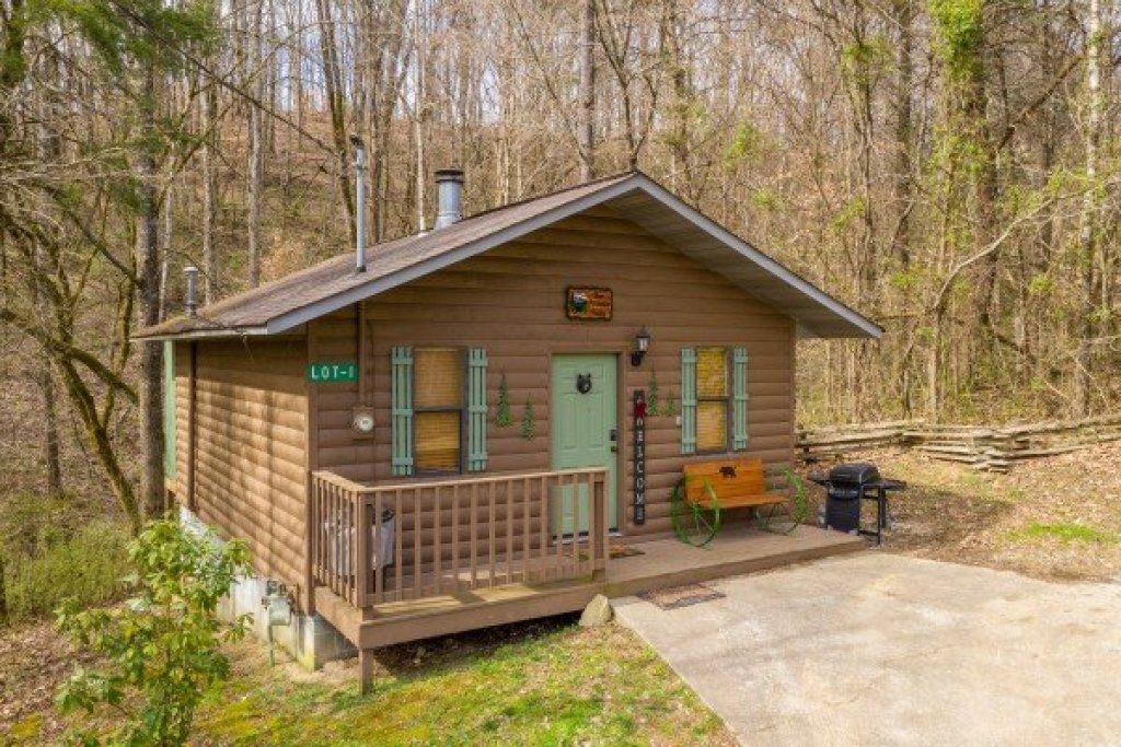 Photo of a Pigeon Forge Cabin named Bear Mountain Hollow - This is the first photo in the set.